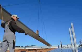 Mit dem CB5 von VIAVAC (mit 2 Vakuumkreisen) wurden 25 Meter lange Dachplatten mit einem Gewicht von 300 kg angehoben.