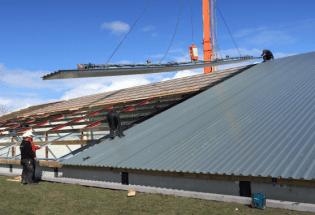 Mit dem VIAVAC CB5 wurde das Dach einer Lagerhalle in Sint-Annaparochie montiert.
